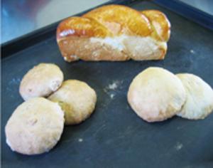 りんごジュースのパン(パウンド型のパン) そば粉のパン(丸型のパン)