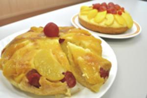 「炊飯器でつくる ももとミニトマトのケーキ」
