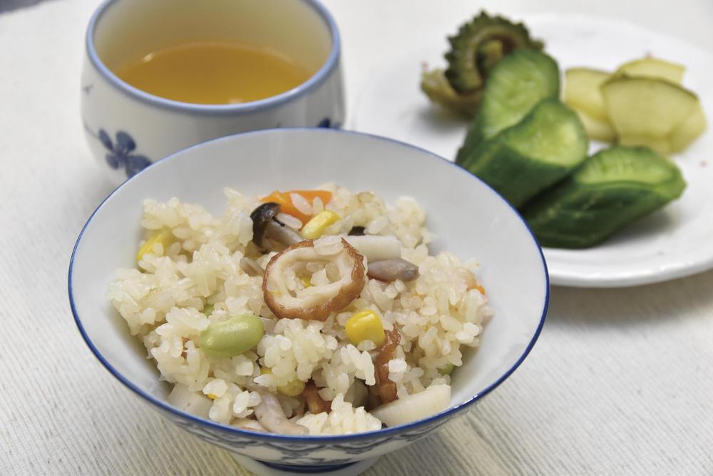 緑茶で炊く炊き込みご飯